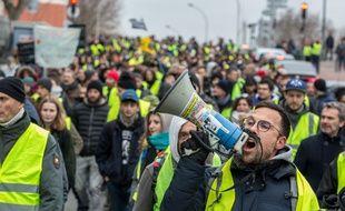 """Des """"gilets jaunes"""" défilent à Toulouse, le 30 décembre 2018."""