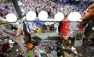 Un millier de personnes se sont réunies à Nice pour rendre hommage aux victimes de l'attentat du 14 juillet, le 7 août 2016.