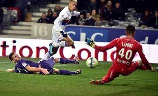 L'attaquant lyonnais Mariano Diaz face au gardien toulousain Alban Lafont, le 20 décembre 2017 au Stadium de Toulouse.