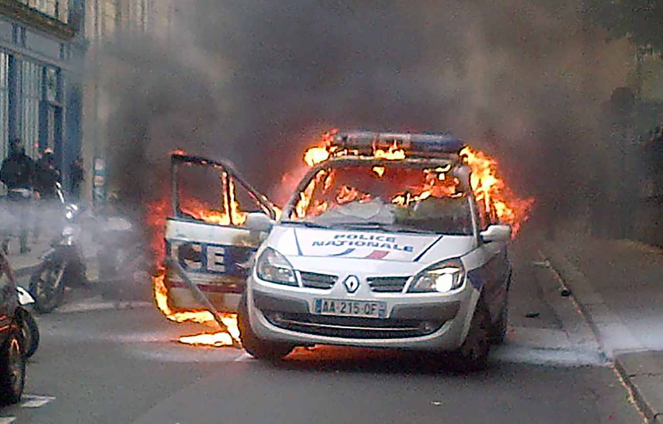video violences que sait on de la voiture de police incendi e paris. Black Bedroom Furniture Sets. Home Design Ideas