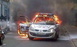 Une voiture de police a été incendiée en marge d'une manifestation «anti-flics» à Paris le 18 mai 2016.