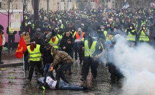 Des incidents ont éclaté ce samedi à Paris, aux abords des Champs-Elysées.