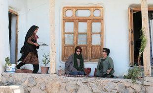 Le cinéaste Jafar Panahi et l'actrice Bhnaz Jafari (au centre) jouent leur propre rôle dans Trois visages