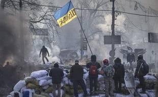Des manifestants anti-gouvernementaux sur une barricade à Kiev (Ukraine) le 24 janvier 2014.