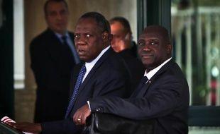 Le président de la CAF Issa Hayatou (g) au Caire le 11 novembre 2014, lors d'une réunion sur l'organisation de la CAN 2015