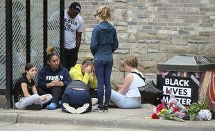 Alors que plusieurs jeune se sont réunies autour d'un mémorial dédié à George Floyd à Minneapolis, des ados se sont amusés à reproduire la scène de sa mort sur les réseaux sociaux.