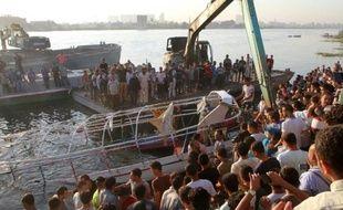 Des proches des victimes rassemblés sur la rive, peu après la mort de 18 personnes dans la collision d'un bateau de fête avec un cargo sur le Nil au nord du Caire, le 23 juillet 2015