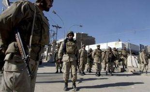 Le mollah Omar, chef suprême des talibans, et le commandement stratégique du groupe fondamentaliste menant l'insurrection en Afghanistan se cachent au Pakistan, a affirmé vendredi un responsable de l'administration américaine.
