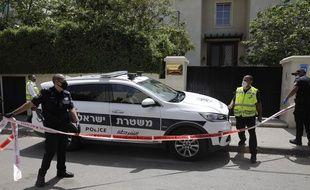 Des policiers israéliens devant la maison de l'ambassadeur de Chine en Israël, après la découverte du corps sans vie du représentant chinois.