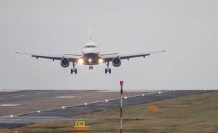 Un avion atterrit à l'aéroport de Heathrow à Londres (Royaume-Uni)