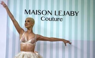 Une danseuse du cabaret Le 'Lido' affiche une création par la Maison Lejaby lors d'un défilé automne-hiver 2013-2014, le 17 janvier 2013 à Paris