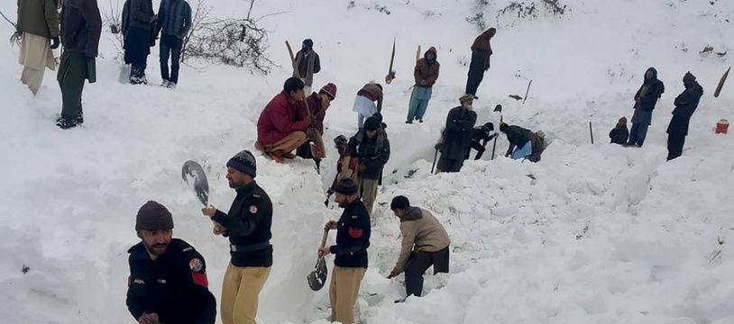 Des policiers et des habitants cherchent des victimes après de violentes chutes de neige au Pakistan en janvier 2020.
