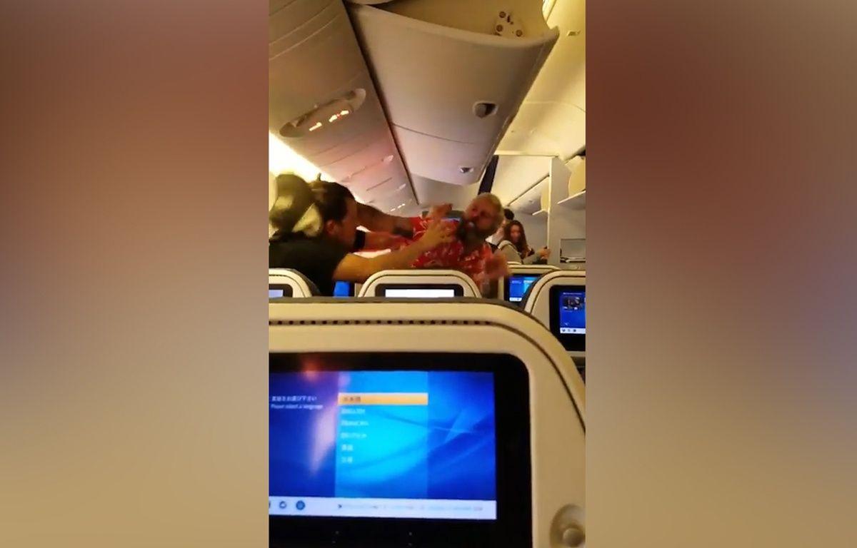 Deux passagers d'un avion se bagarrent violemment - Le Rewind (video) – Capture d'écran
