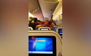Deux passagers d'un avion se bagarrent violemment - Le Rewind (video)