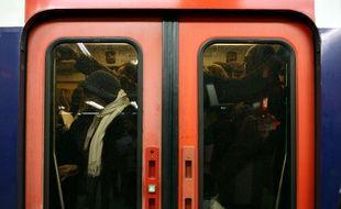 Voyageurs dans le RER - Illustration.