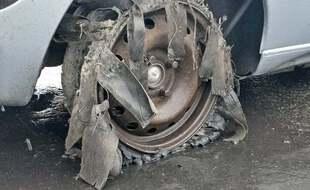 La voiture, dont les roues ont été crevées, a été saisie