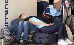Des passagers attendent à l'aéroport alors que les avions sont cloués au sol depuis quatre jours à cause du nuage de cendres provenant du volcan islandais.