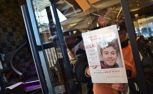 Des bénévoles affichent des avis de recherche pour retrouver Lucas, disparu en 2015.