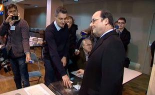 François Hollande a dû s'y reprendre à deux fois pour réussir à glisser son bulletin dans l'urne.