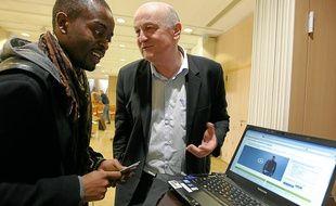Le coach Thierry Frère accompagné d'un demandeur d'emploi ayant réalisé son CV vidéo.