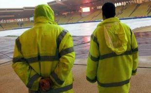 Deux matches comptant pour la 11e journée de Ligue 1, Marseille-Rennes et Monaco-Bordeaux, prévus initialement samedi et dimanche, ont été reportés en raison d'importantes précipitations tombées sur le Sud-Est, qui rendent les pelouses impraticables.