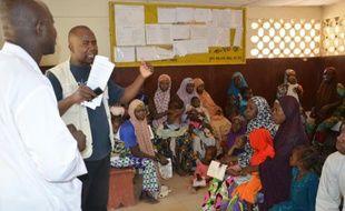Des nigériennes et leurs enfants attendent dans le centre médical de Madarounfa, le 9 septembre 2015