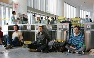 Des militants écologistes de Greenpeace, ANV-COP21 et Les Amis de la Terre bloquent l'accès de la tour EDF à La Défense.