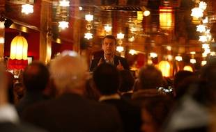 Emmanuel Macron fait la fête à La Rotonde Montparnasse après sa victoire au premier tour de la présidentielle, dans la nuit du 23 au 24 avril 2017.