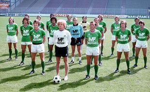 Robert Herbin entouré des joueurs de l'AS Saint-Etienne, le 1er août 1976 au stade Geoffroy-Guichard.