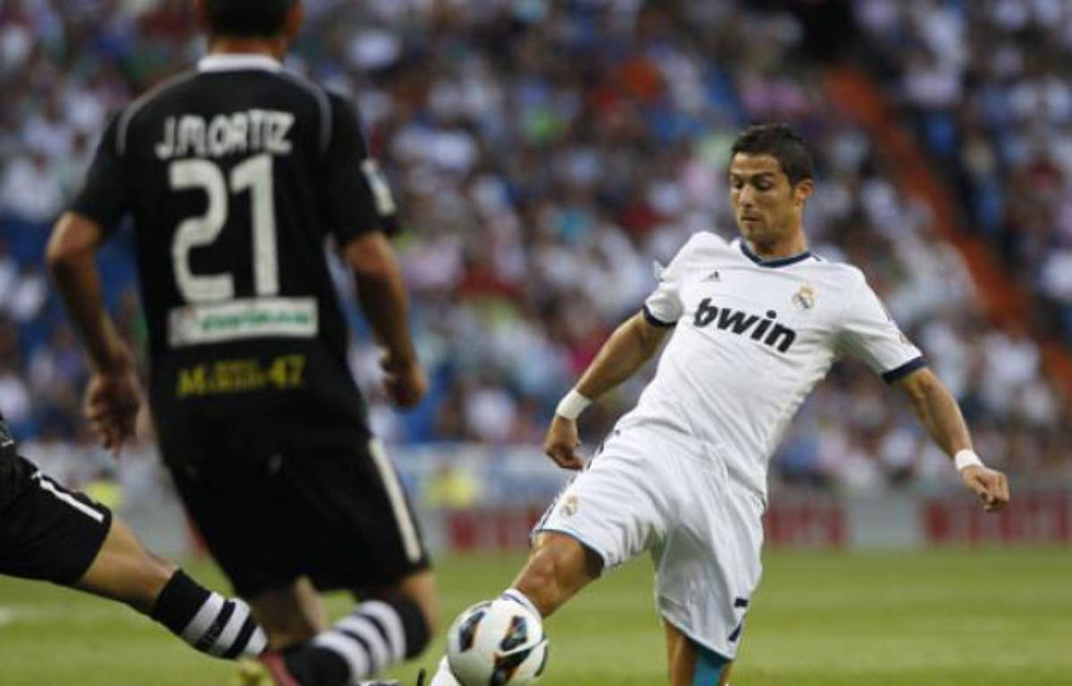 Le Portugais Cristiano Ronaldo à la lutte pour récupérer un ballon face à Grenade, le 2 septembre 2012 à Madrid. – A.Kudacki/SIPA