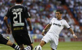 Le Portugais Cristiano Ronaldo à la lutte pour récupérer un ballon face à Grenade, le 2 septembre 2012 à Madrid.