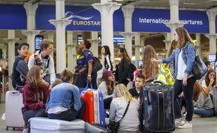 Des passagers devant le point d'embarquement Eurostar à la gare Saint Pancras à Londres (Royaume-Uni).