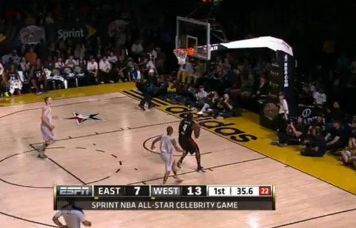 Usain Bolt part au dunk lors du Celebrity Game le vendredi 15 février 2013. – Capture d'écran YouTube/20 Minutes