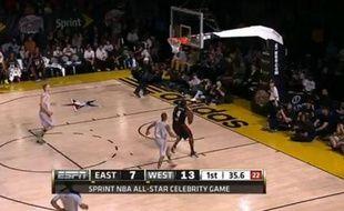 Usain Bolt part au dunk lors du Celebrity Game le vendredi 15 février 2013.