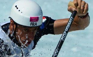 Le double champion olympique Tony Estanguet a réussi son entrée aux JO de Londres, en terminant 2e ex aequo de la première manche de qualification du slalom en C1, quand le médaillé d'or à Pékin, le Slovaque Michal Martikan, terminait avant-dernier, dimanche sur le bassin de Lee Valley.