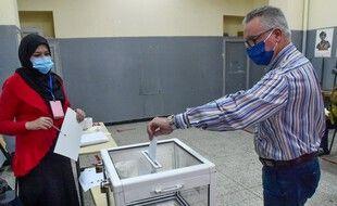 Un homme vote à Alger, pour le référendum sur la réforme constitutionnelle, le 1er novembre 2020.