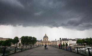 Orage sur Le Pont des Arts à Paris pendant le confinement.