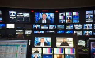 Des écrans de contrôle dans les studios de TF1 à Boulogne-Billancourt le 13 février 2015