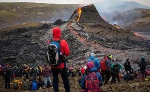 Des spectateurs de l'éruption du volcan Fagradalsfjall en Islande, le 21 mars 2021.