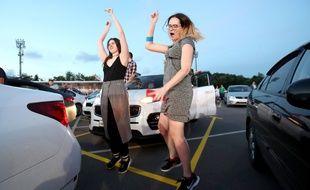 Deux femmes, en juillet 2020, dansent dans le cadre d'un concert en drive-in, en Russie.
