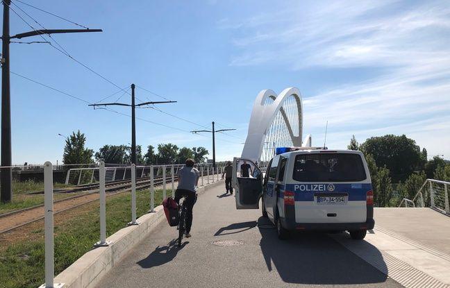 D 'un côté et de l'autre du Pont de l'Europe à Kehl, les policiers allemands contrôlent les passants et cyclistes.