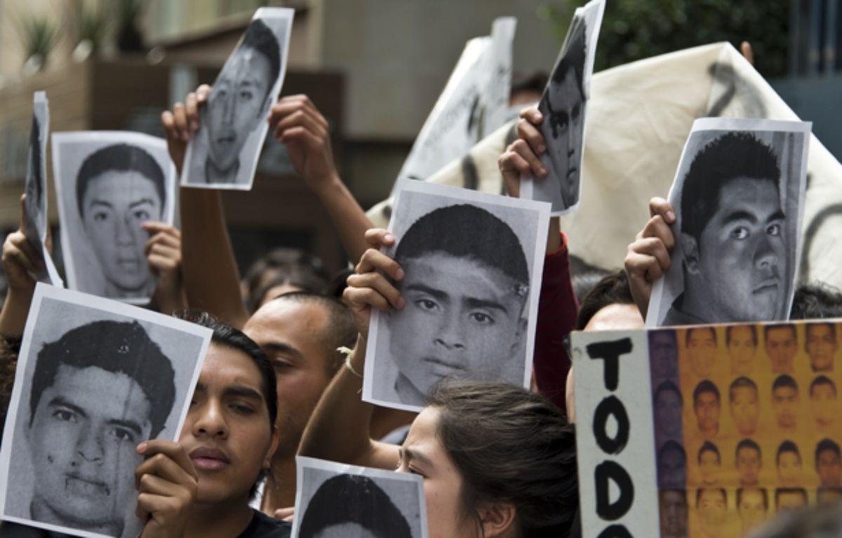 Des jeunes Mexicains manifestent à Mexico, le 15 octobre 2014, après la disparition de 43 étudiants à Iguala. – OMAR TORRES / AFP