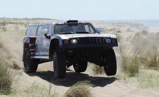 Les vainqueurs du Dakar-2011, Marc Coma côté moto et Nasser Al-Attiyah en auto, ont donné une leçon à leurs concurrents lundi en remportant la 2e étape du millésime 2012 du rallye, Stéphane Peterhansel prenant cependant la tête au général en auto.
