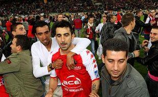 L'attaquant rémois Cédric Fauré félicité par ses supporters, le 7 mai 2012, àReims.