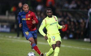 Sous le maillot lyonnais, John Mensah a tout de même pu défier le Barça de Thierry Henry en février 2009. SIP