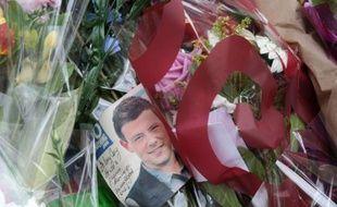 Des photos et des fleurs placés sur un mémorial pour l'acteur canadien Cory  Monteith, devant l'hôtel Fairmont Pacific Rim à Vancouver, le 16 juillet 2013.