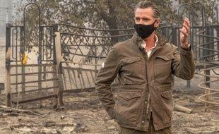 Gavin Newsom, le gouverneur de Californie, s'adresse aux médias depuis la cour de récréation d'une école endommagée par les incendies, à Auberry, le 15 septembre.