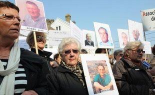 Chantal Pakosz (à gauche) manifeste dans les rues de Dunkerque avec les Veuves de l'amiante, mardi 14 avril 2009, afin d'obtenir la tenue d'un procès.