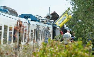 Des équipes de secours à l'oeuvre après la collision de deux trains, le 12 juillet 2016 près de Corato en Italie