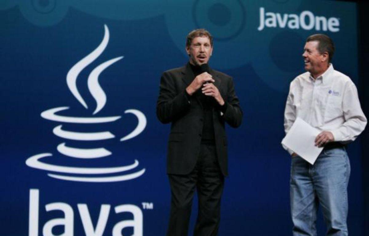 Le PDG d'Oracle, Larry Ellison (gauche) lors du rachat de Sun Microsystems (inventeur de la technologie java), en 2009. – P.SAKUMA/AP/SIPA